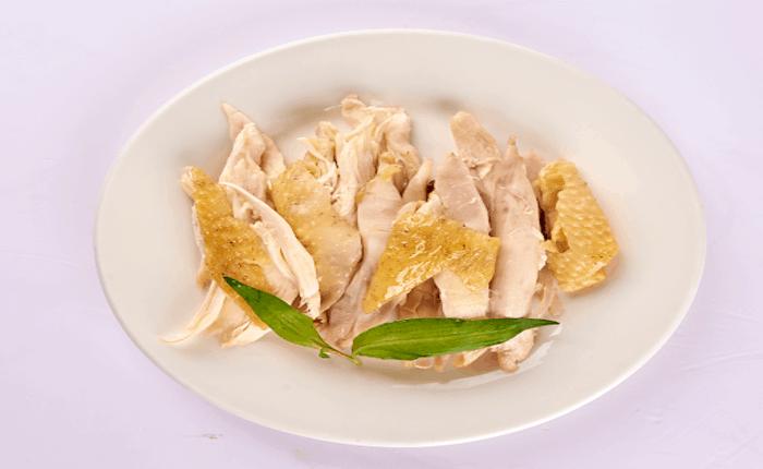 Bạn có thể thái miếng hoặc xé sợi thịt gà đều được