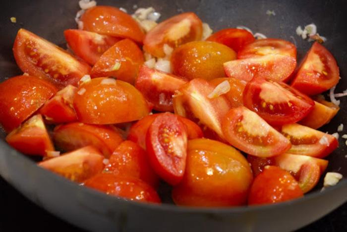 Cà chua xào sẽ giúp tạo màu cũng như vị ngọt cho món phở sốt vang