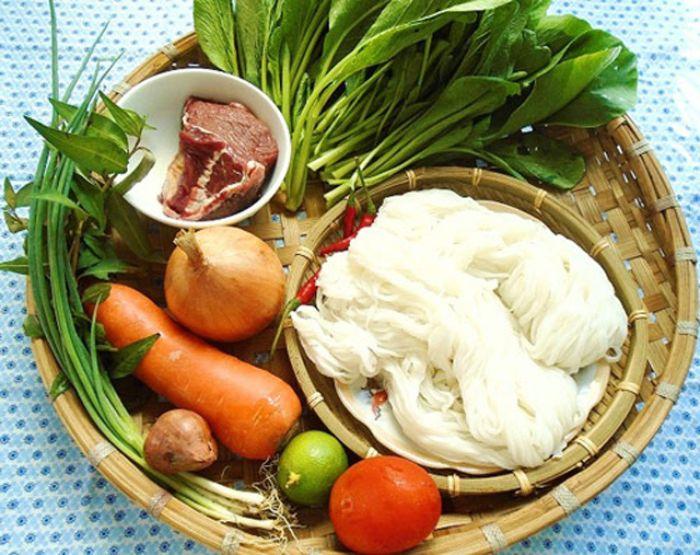 Món phở bò trộn nhìn chung sẽ có nguyên liệu giống với món phở gà trộn