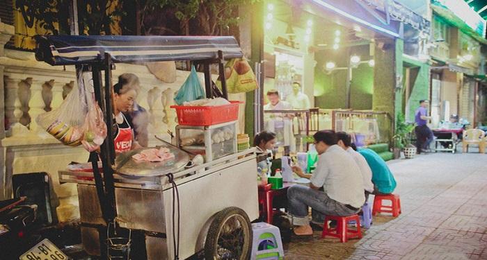Gánh hủ tiếu bán ở ngóc ngách, buổi đêm sẽ bán ngoài vỉa hè phục vụ mọi người
