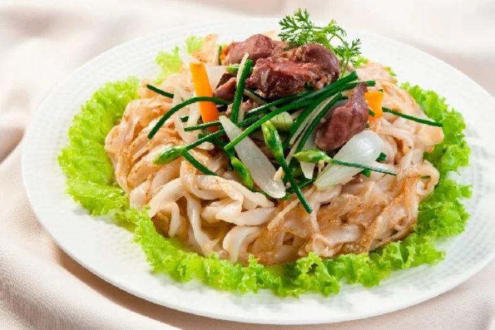 Một đĩa phở xào có đầy đủ thịt và rau