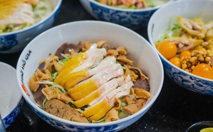 Quán phở Hồ Gia sử dụng thịt gà Đông Tảo cho món phở của mình
